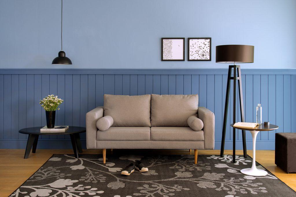 meia parede feita com tinta e madeira na sala de estar