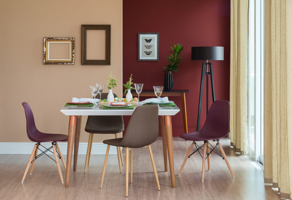 meia parede vinho e salmão na sala de jantar clássica