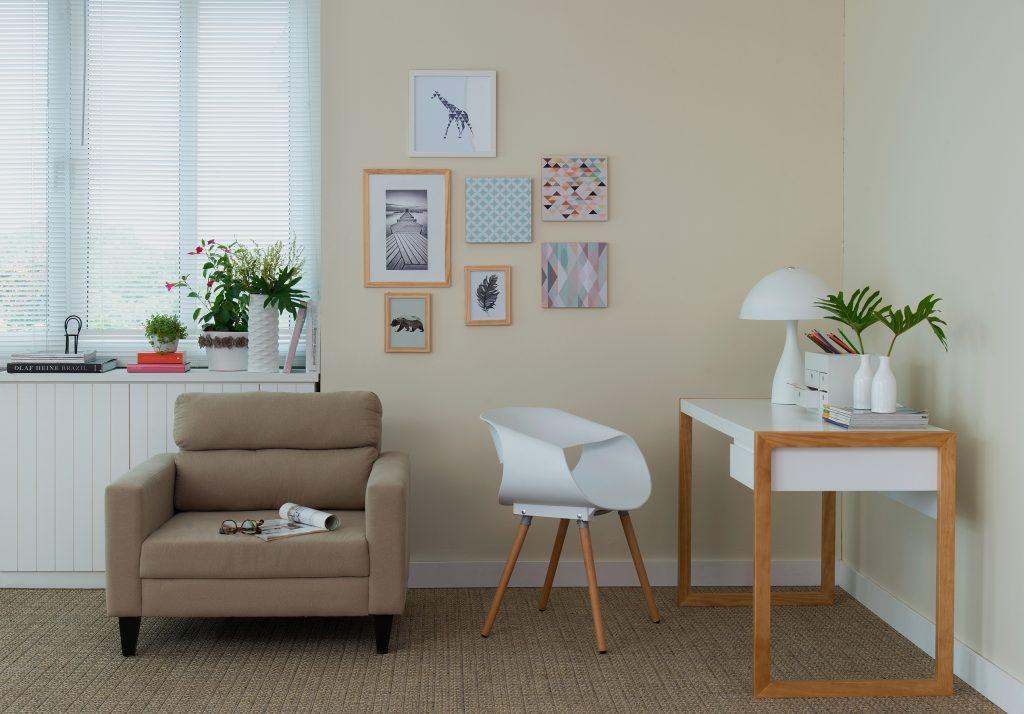escrivaninha branca na sala de estar