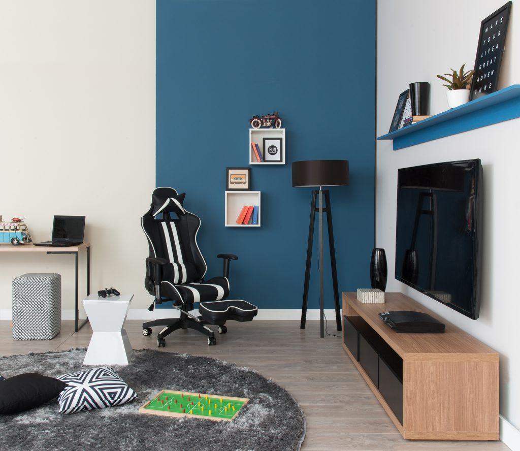 meia parede azul e branca na sala de jogos
