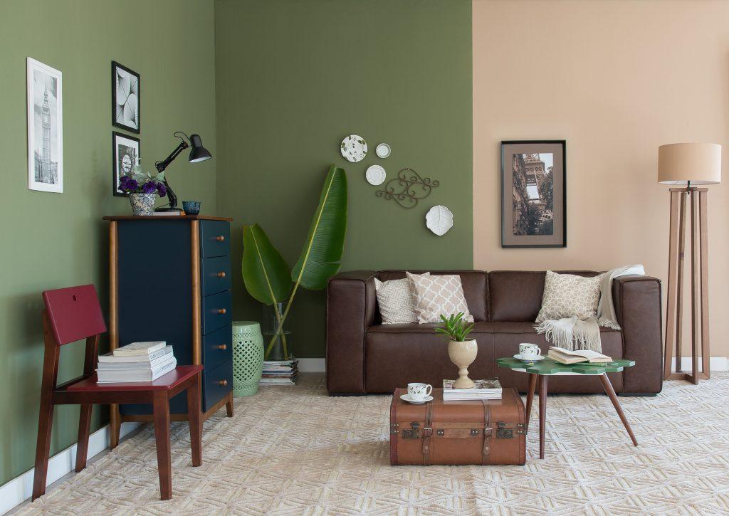 meia parede verde e salmão na sala de estar