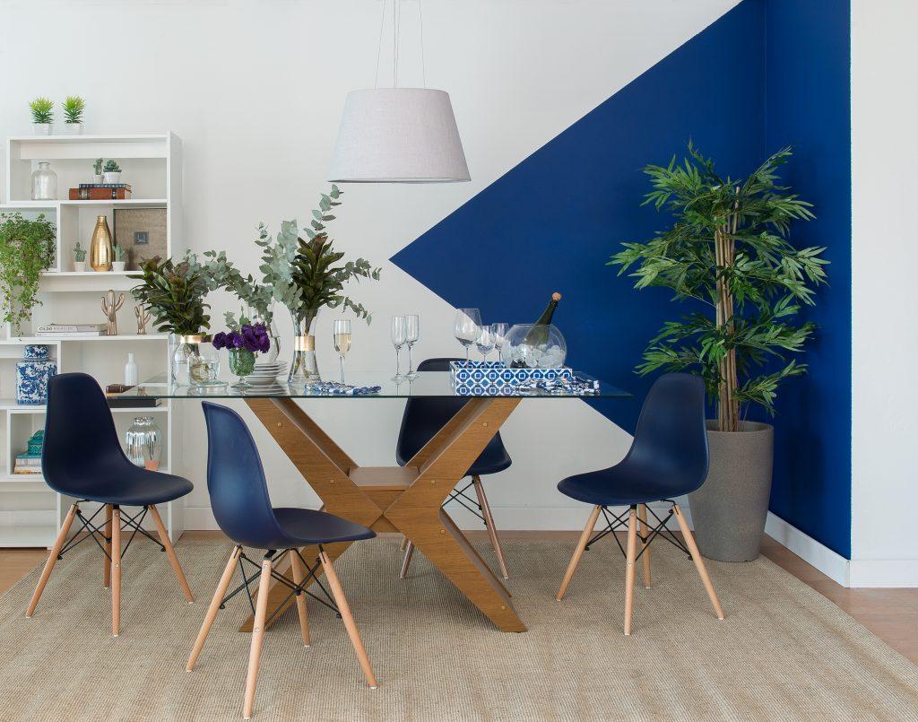 meia parede azul e branca na sala de jantar