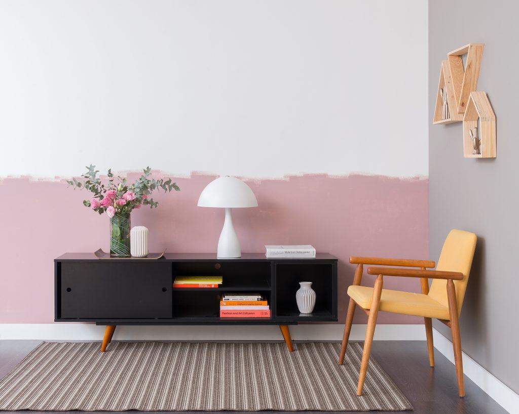 meia parede rosa e branca na sala de estar com tendência inacabada