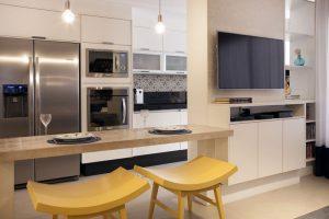 cozinha americana com bancos amarelo