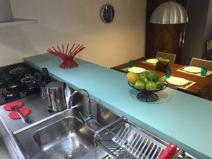 cozinha americana com balcão verde