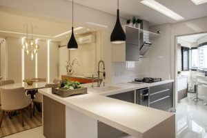 cozinha americana integrada com a sala de estar de apartamento
