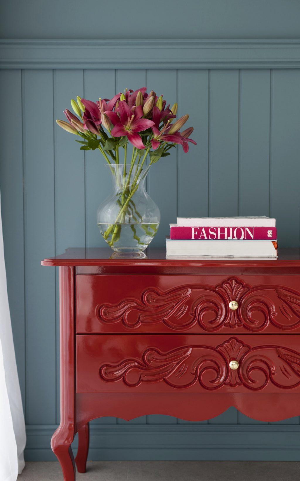 decoração de primavera com comoda vermelha