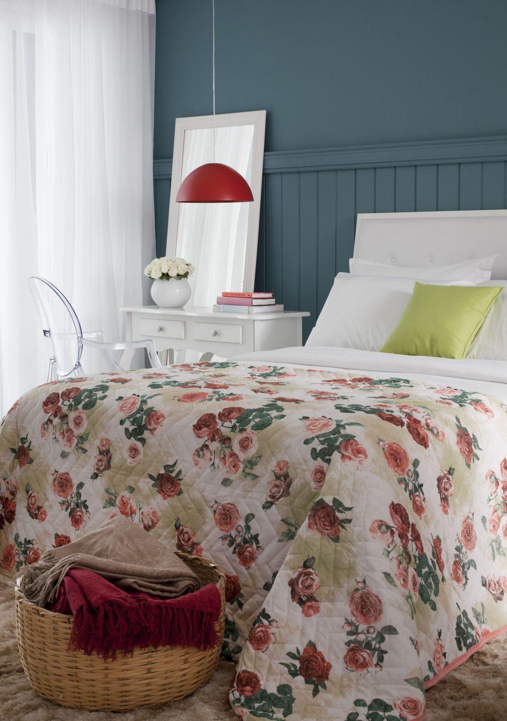 decoração de primavera com tons de vemelho e branco no quarto