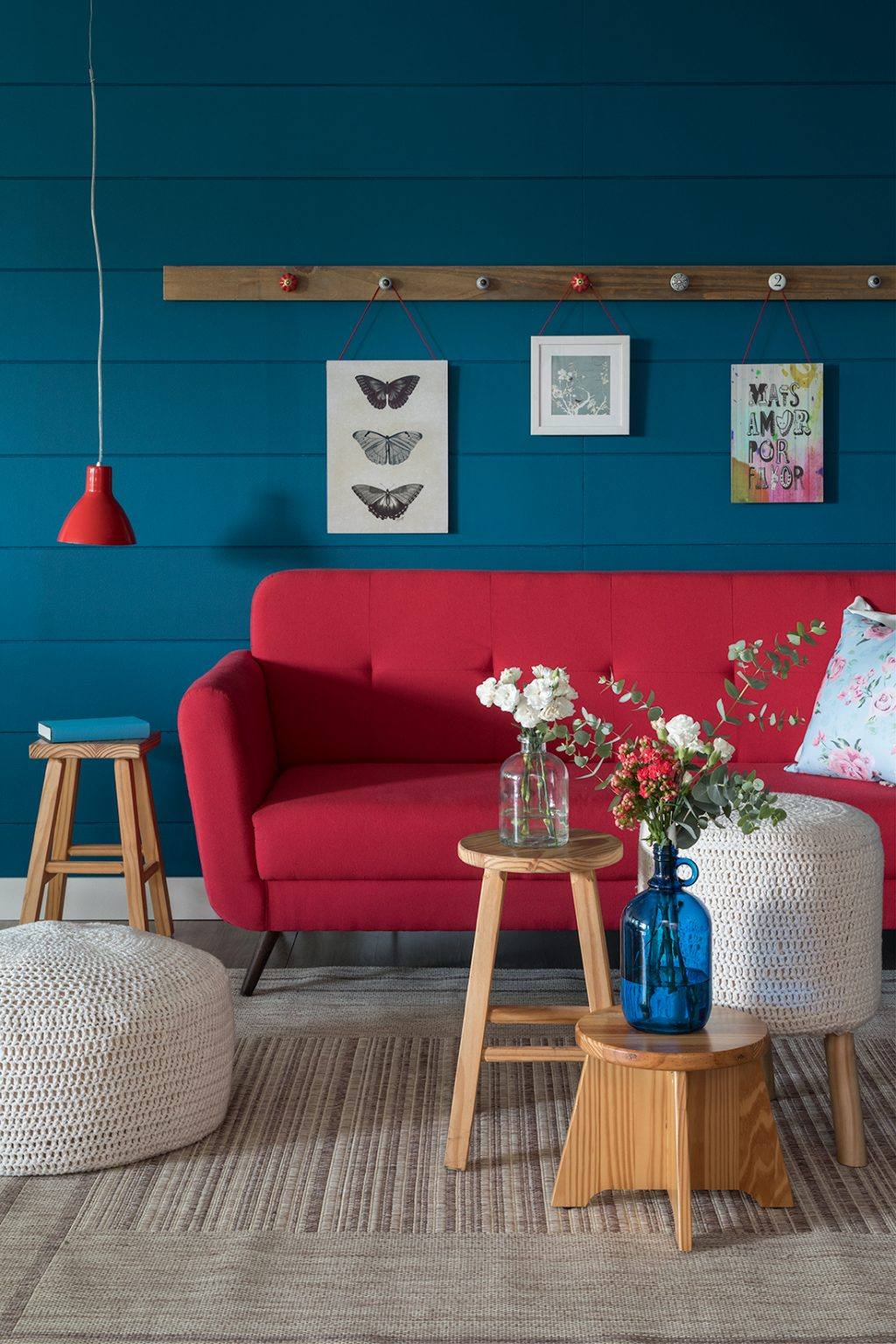 decoração de primavera com sofá vermelho e flores