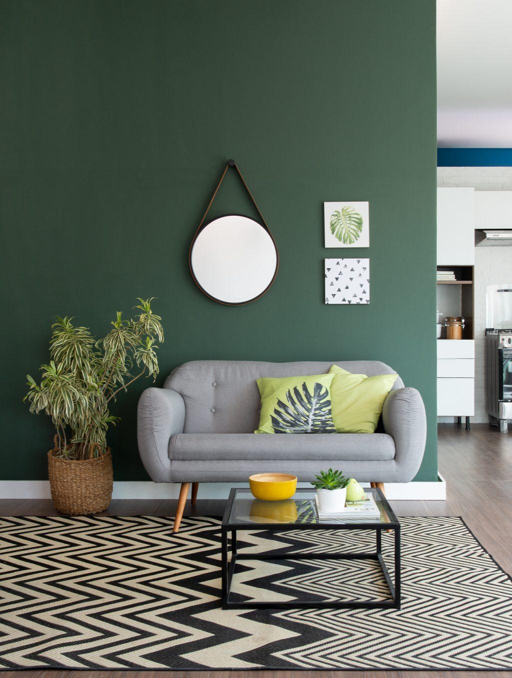 decoração de primavera na sala de estar verde com estampas de folhas