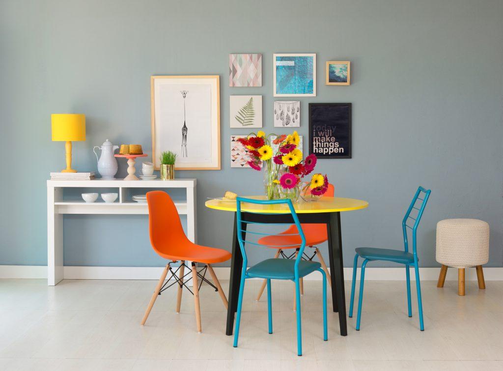 mesa de cozinha decorada com flores