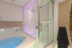 spa em casa com banheiro com banheira e box transparente