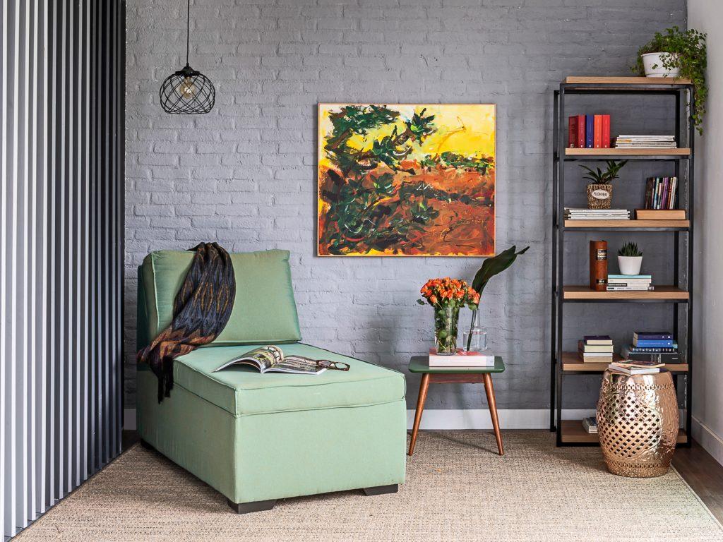 decoração de primavera no canto da sala com chaise