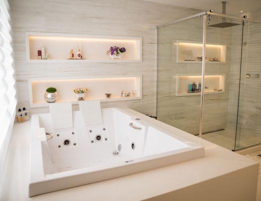 spa em casa com banheira branca no banheiro