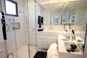 spa em casa banheiro com espaço para maquiagem