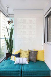 spa em casa com tatame verde e almofadas amarela