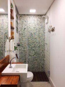 spa em casa banheiro com pedras cuba branca e bancada de madeira