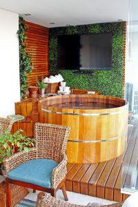 spa em casa com ofurô de madeira no deck