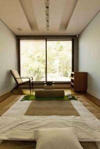 sala de spa com tatame em tons neutros