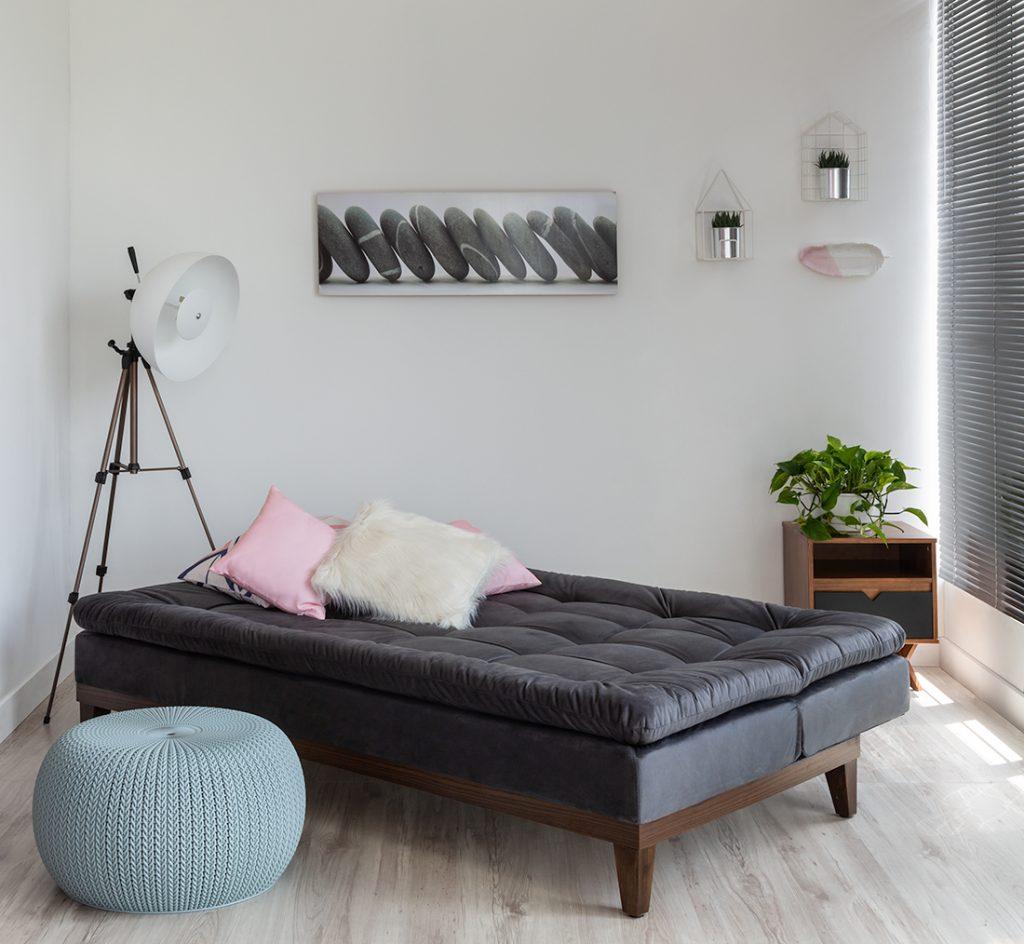 Living Room com sofá cama de casal preto