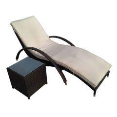 decoraçãod de área externa com espreguiçadeira e mesa lateral