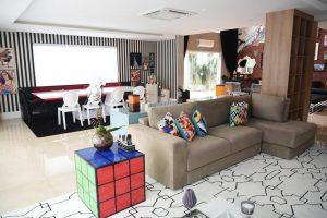 decoração pop art feita com peças de acrílicos na sala de estar