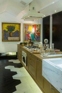 decoração pop art feita com quadros coloridos na cozinha