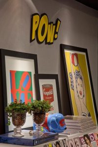 decoração pop art feita com quadros encaixados no aparador