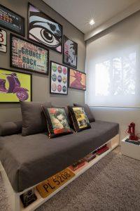 decoração pop art no quarto com quadros pendurados
