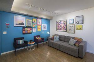 decoração pop art feita na sala de estar colorida