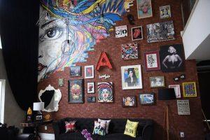 decoração pop art na sala de estar da Anitta