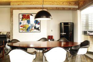 decoração pop art feita com quadro na sala de jantar