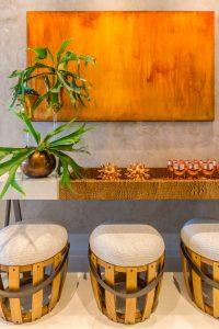 banquetas e mesa suspensa com copos rose gold