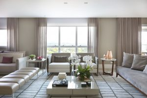 vasos rose gold na decoração da sala de estar