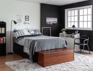 Quarto com cama box baú numa casa organizada