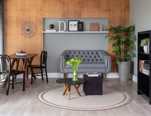 Casa organizada com sala de estar e sala de jantar com decoração predominante em tons de madeira e cor preta